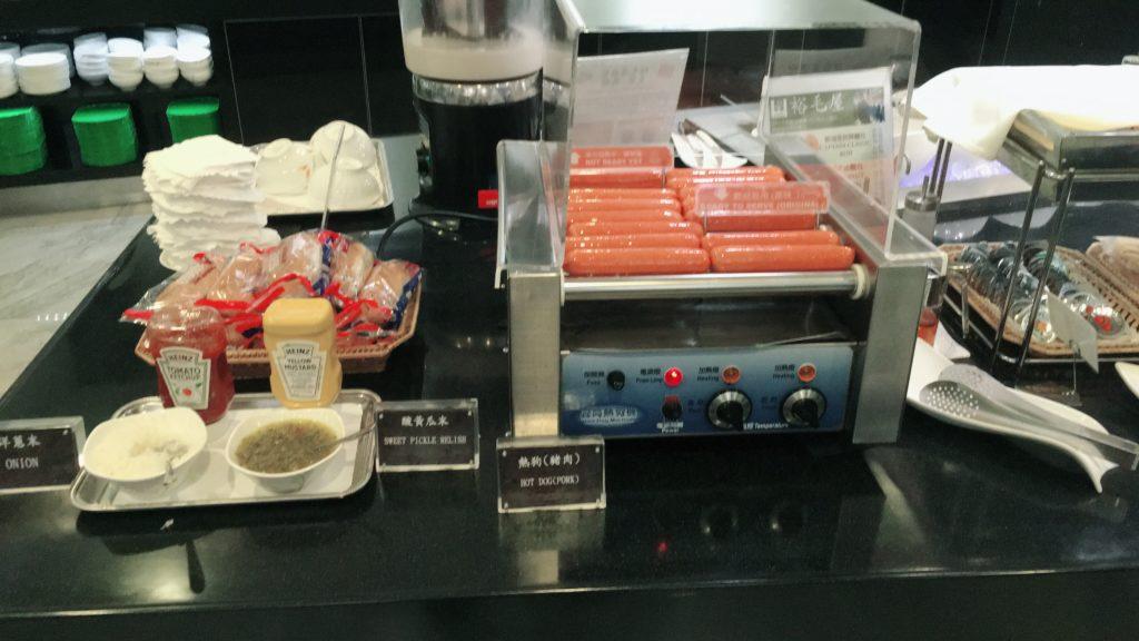 桃園空港第二ターミナルのエバー航空ラウンジホットドック食べ放題