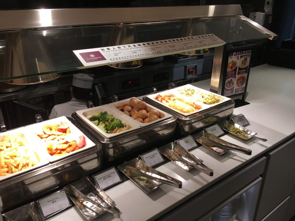 桃園空港第一ターミナル、プラザプレミアムラウンジの様子の食べ物