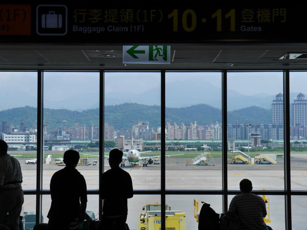松山空港ロビーから出発前の飛行機が見える