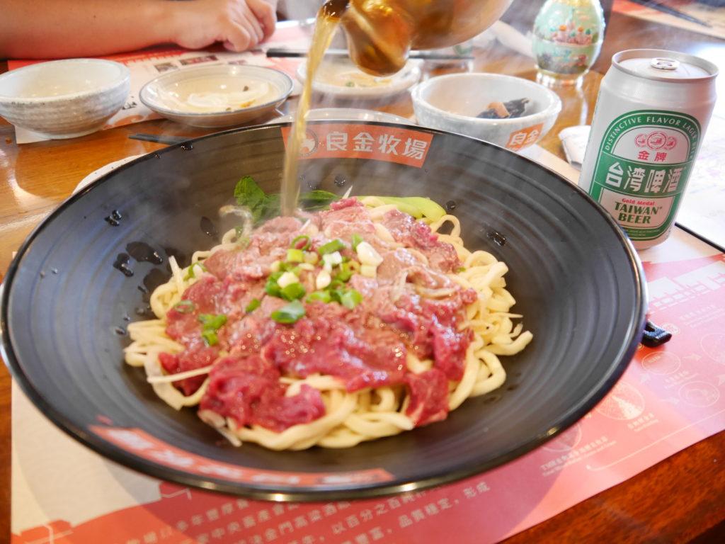 模範街の良金牧場で牛肉麺を食べる