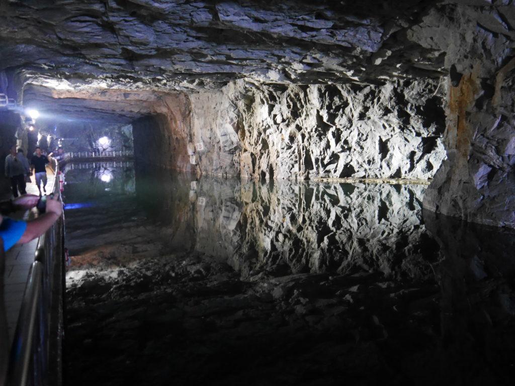 翟山坑道の内部