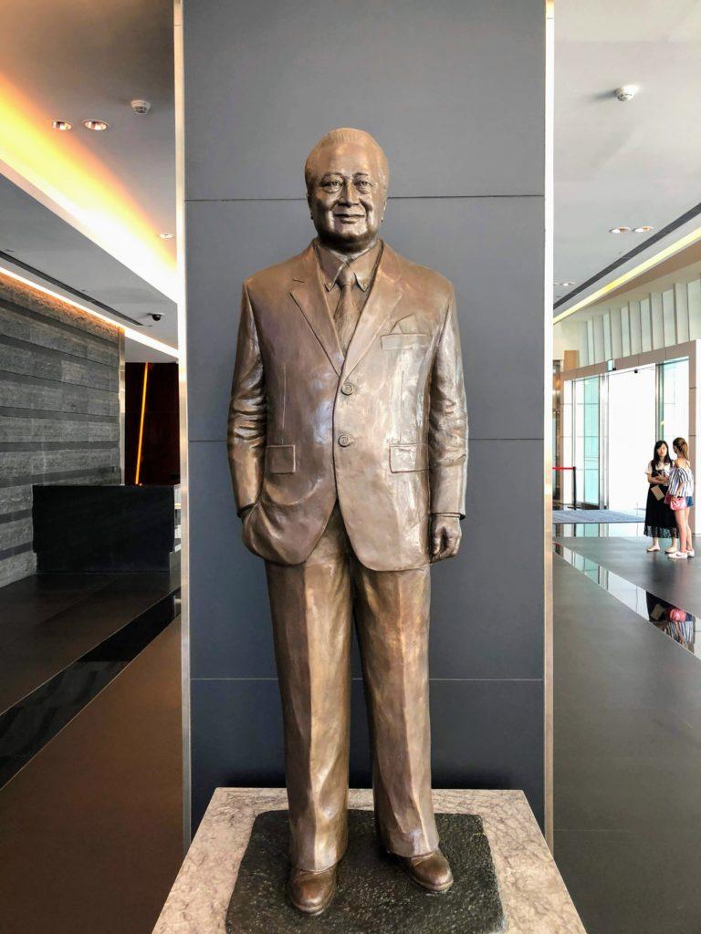 中国信託銀行ロビーにある辜濂松の像