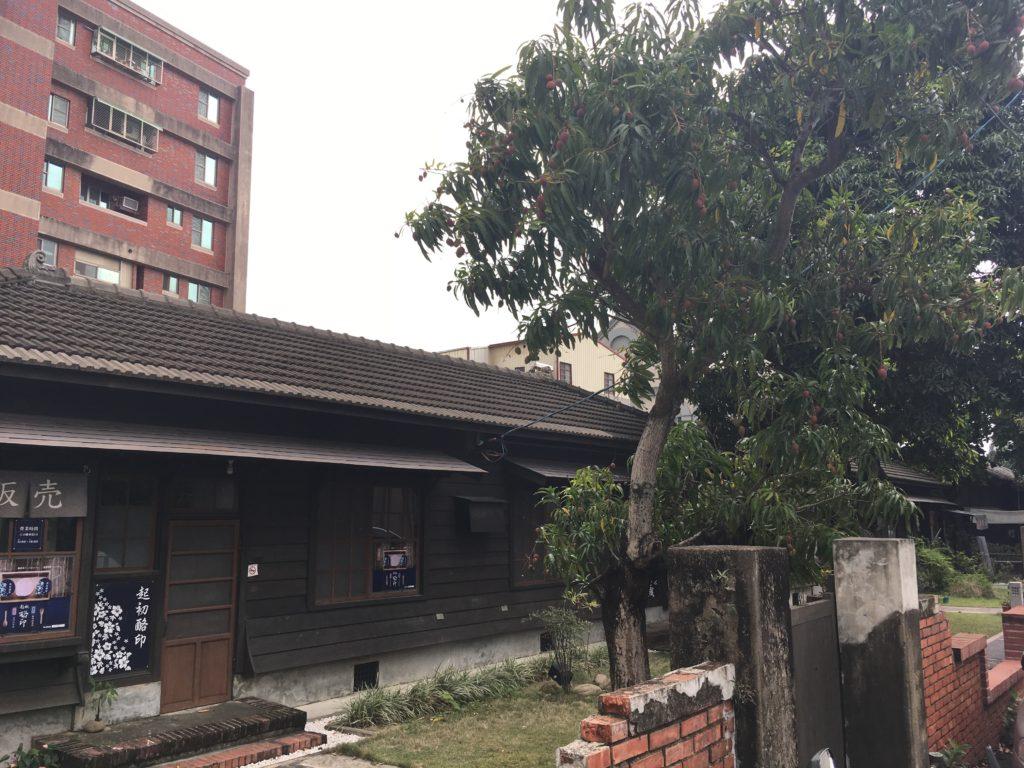 日本家屋とマンゴーの木