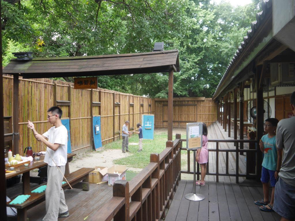 宿舎跡の裏庭で弓道体験