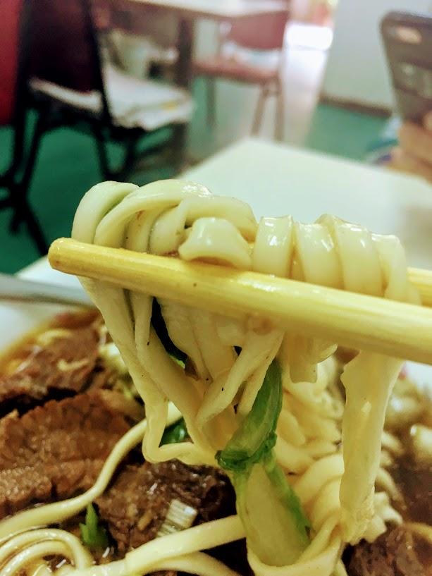 六福牛肉麺の牛肉麺の麺