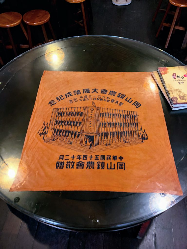 甎窯古早料理餐庁のテーブル