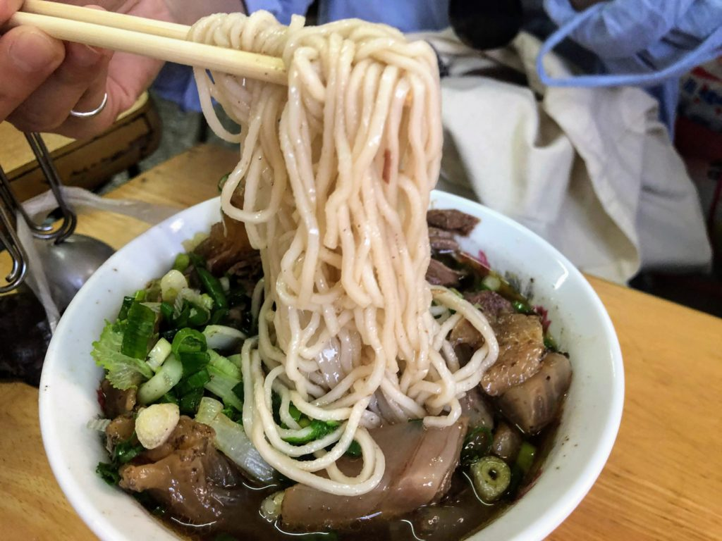 林家藥燉原汁牛肉麵大王の牛筋麺の麺