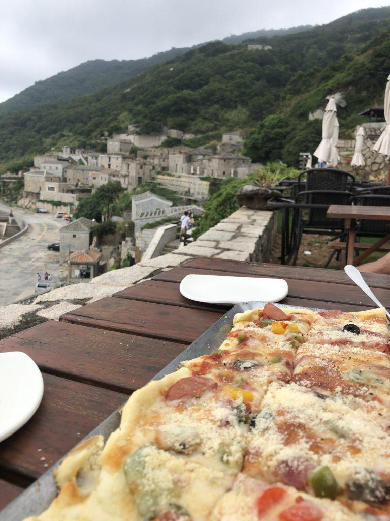 芹壁村のカフェでのピザ